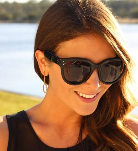 Kelly Bello luciendo gafas de la colección de Celine